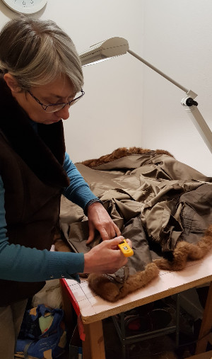 le démontage d'un manteau de fourrure